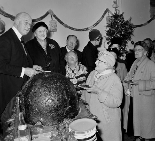 GIANT CHRISTMAS PUDDING PRESENTED BY LORD MAYOR OF LONDON ALDEMAN CLEMENT JAMES HARMAN / ;   12 DECEMBER 1963