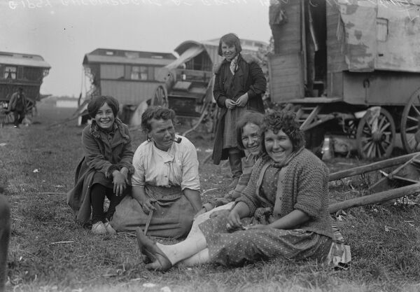 The great Derby week .  A scene at the Gipsy encampment at Epsom .  30 May 1930 Travellers Romany Gypsy Gipsy gypsies Roma. social history