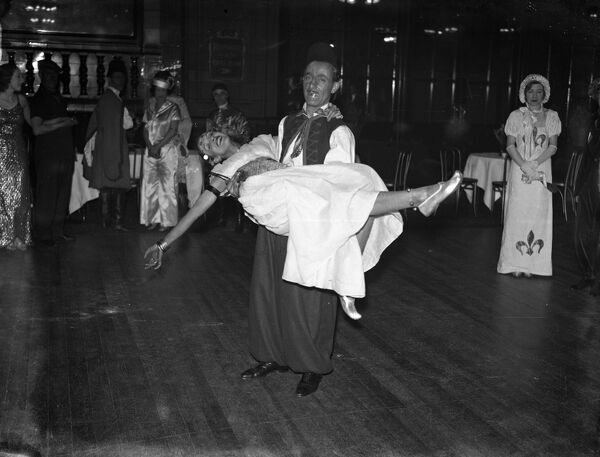London sketch club dance at the Wharncliffe rooms .  1934 dance / dancing / party season / celebration / happy vintage news archive