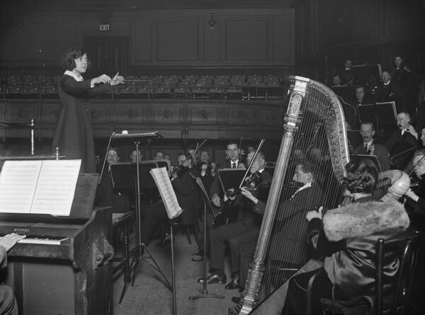 New bobbed hair conductor for London symphony orchestra.  Miss Ethel Leginska, the young woman from Hull with the ' bobbed hair ', conducting the London Symphony Orchestra for the first time at the Queen 's Hall.  4 November 1924