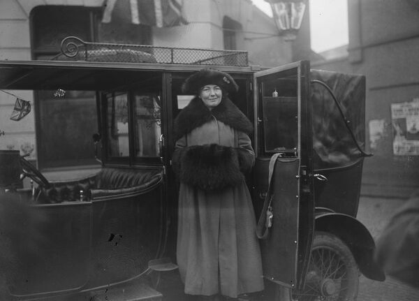 Opening of Miss Christabel Pankhurst 's campaign at Smethwick, Staffordshire  Mrs Pankhurst arriving  28 November 1918