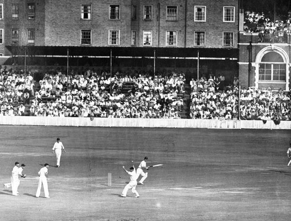 Scene during the fifth and final test match between England and South Africa.   16 August 1947 History of London - Vauxhall / Lambeth
