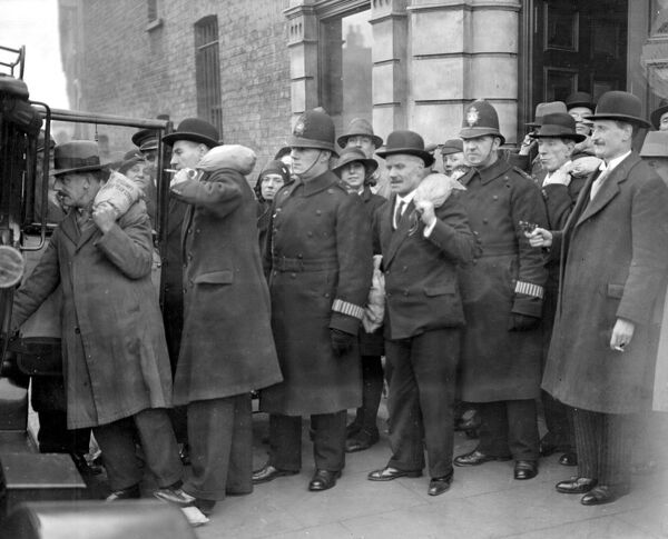 Share out.  Armed police escort £15,000 from the bank for distribution to 18,000 members of the West Green P.S.A Slate Club.  12 December 1931