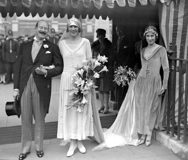 Wedding of Mr Kenneth Tomas (Ashley House, Penylan, Cardiff) and Miss E.M. Gantlett (of Fairford, Glos) at St Margaret's, Westminster.  1 November 1927