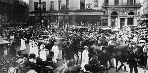 Funeral of Emily Wilding Davison, the cortege crossing Picadilly Circus