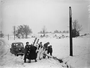 GPO squads repair telegraph lines after Hampshire blizzard. Emergency squads have