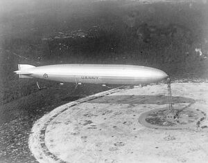 Just a few moments before the airship ' Shenandoah ' sailed away for its