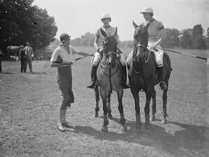 Ladies Polo at Ranelagh Mrs Leslie chatting to two of the ' Oddments ' team
