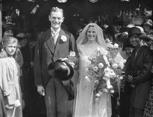 Lord Airedale ' s daughter weds. The Hon Thelma Kitson and Dr Noel Gordon Harris