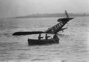 Plane dives into the sea : an amazing test off Felixstowe. Rescuing the pilot Flight