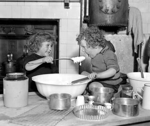 Small children of Dr Barnardo's homes, Berkingside, Assist in the making of christmas