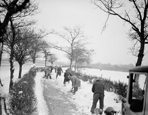 Snow scenes ( clearing away ) Eynsford. 1938