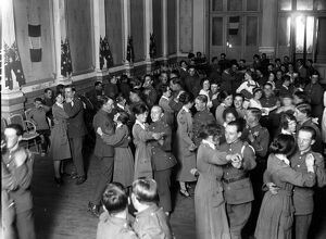 Soldiers and WAACs dancing at the Old Casino at La Touquet . 1914 - 1918