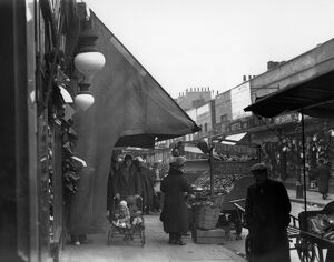 Typical street market scene in Lambeth Walk, London - 1932 A©TopFoto