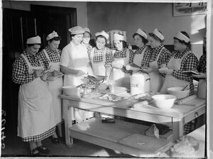 Unemployed women learn to be canteen cooks in London