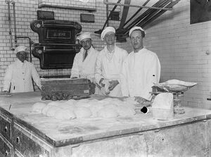 Viennese bakers begin work in London . 5 , 000 rolls a day for exhibition