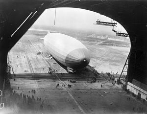Zeppelin 's arrival at Lakehurst. A striking view of the ZR3 arriving at the